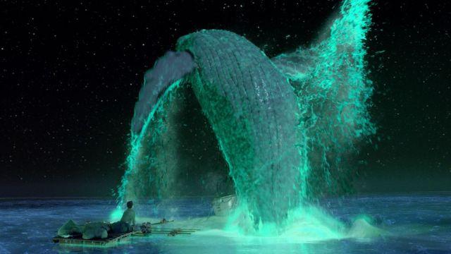夜光虫の海とジャンプするクジラ