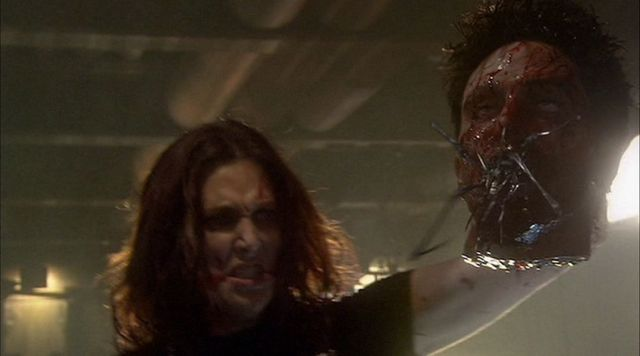 討ち取ったグリフの首(バグが出てくるところ)を高々と掲げるレイク。 グロに見えますが、寄生バグのグロさはこんなもんじゃありません。それよりレイクの表情の方が怖い。