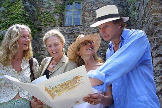 旅先のお父さん状態のリアム・ニーソンと、ジョエリー、ヴァネッサ、ナターシャ