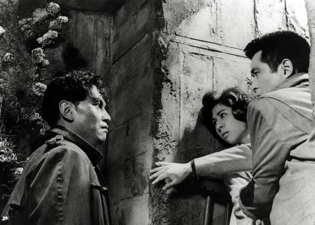 板倉(左)から西の死を告げられた佳子と辰夫