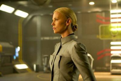 ファシストっぽい制服と、引っ詰めの金髪が似合うシャーリーズ・セロン